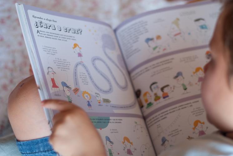 Niño leyendo curiosidad