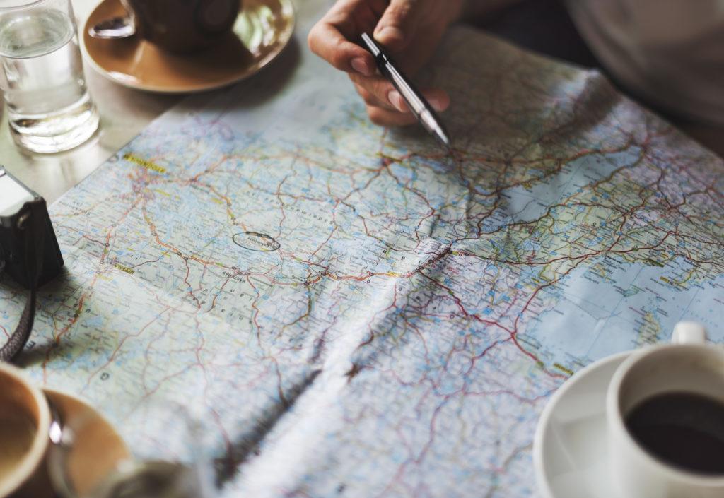 Organizar viaje, mapa y cafe