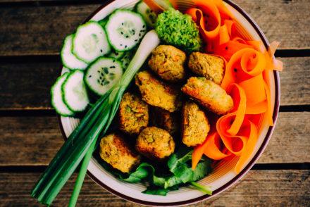 bol de ensalada y falafel