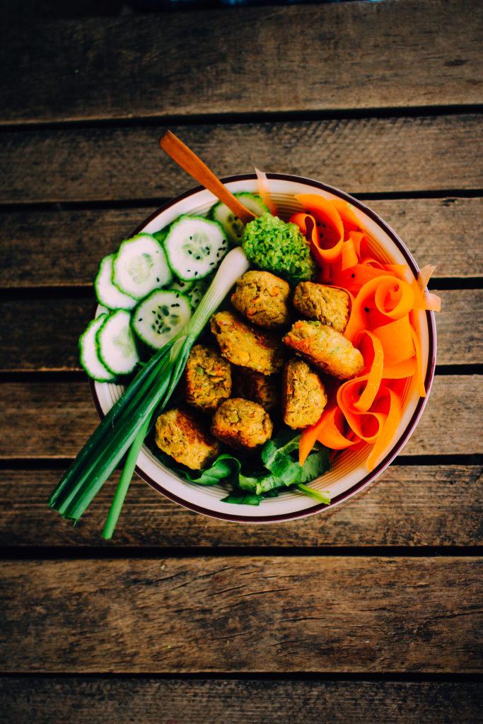 bol de ensalada y falafel.